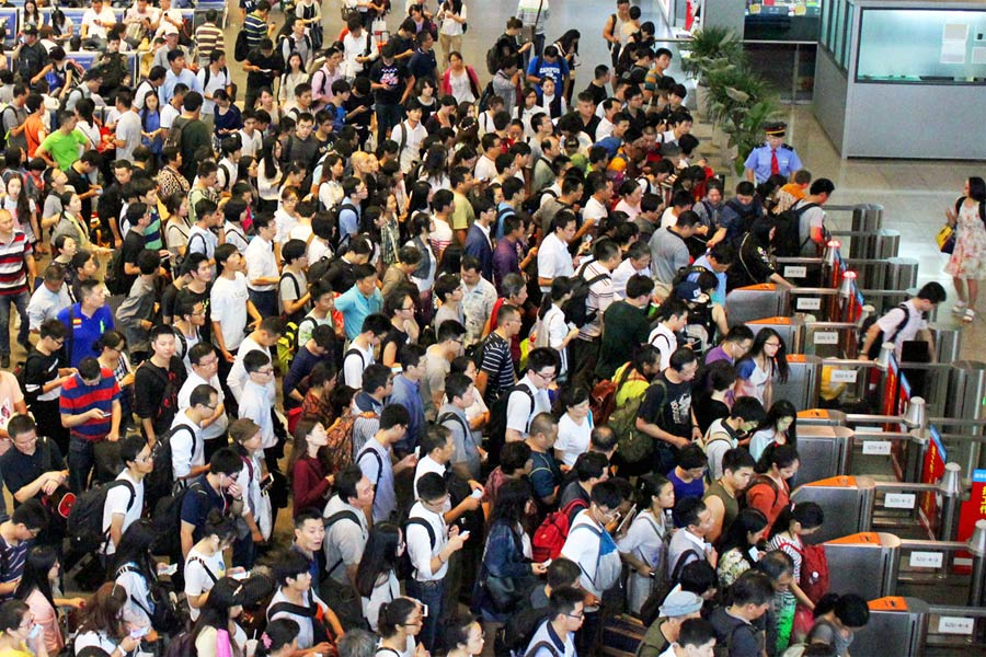 Queues from hell! Over 100,000 stranded outside Guangzhou station in China (PHOTOS, VIDEO)
