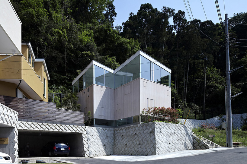 A.L.X. / junichi sampei elevates forest house to ensure residential privacy