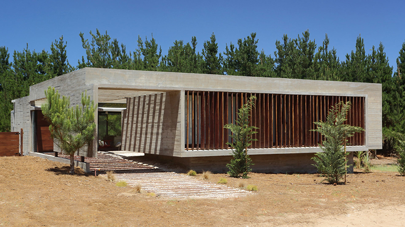 Besonias almeida connects s&s house with concrete pergola in Argentina