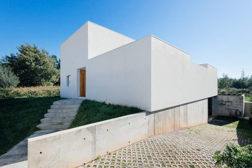 Estudio Branco del Rio elevates light-filled family home in Portugal