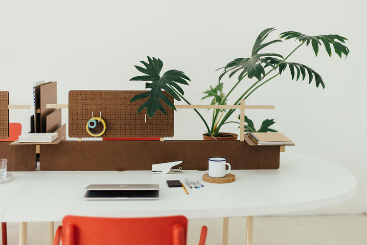 A Good-Looking Office System Made from an Everyday Packing Material