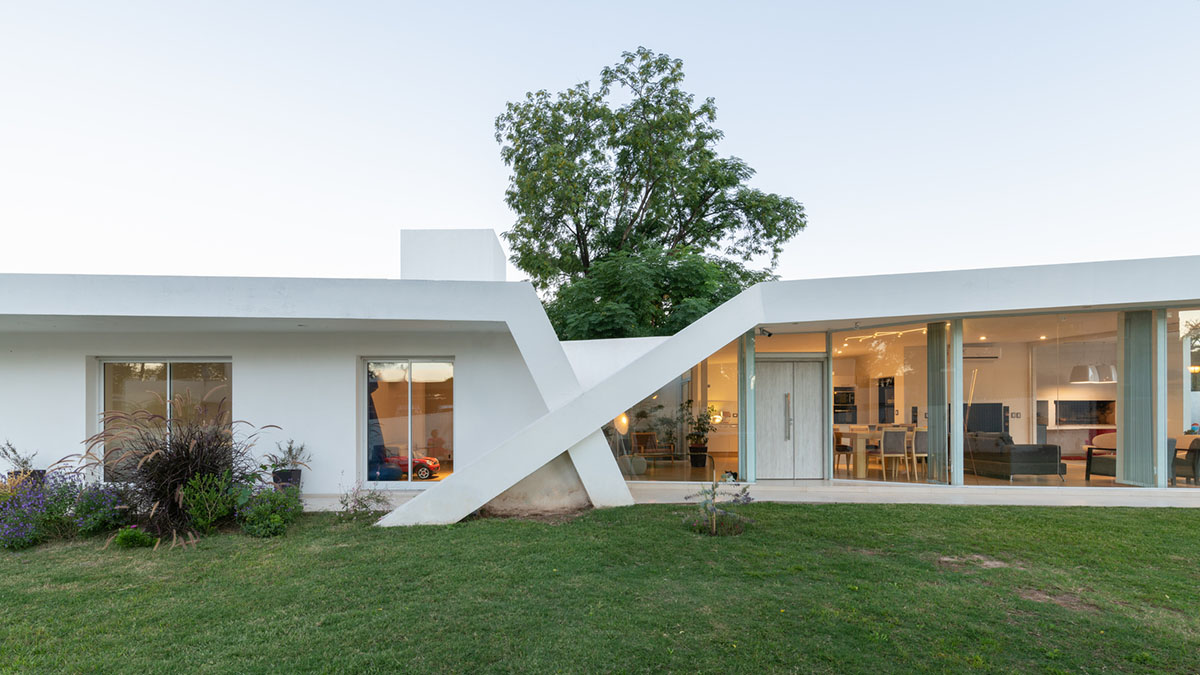 Cross-shaped family house on the outskirts of Córdoba