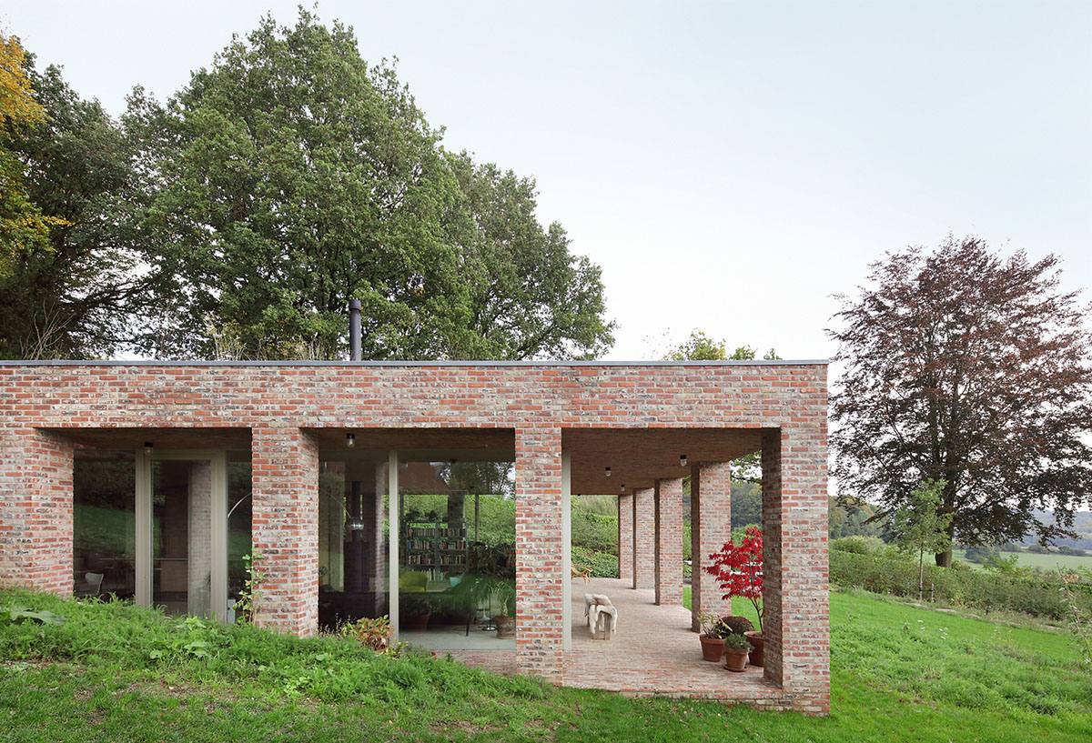 Brick private villa embedded in the slope to offer infinite views